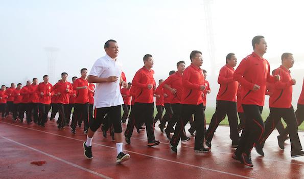图为亚泰集团百期总经理研讨班,董事长、总裁宋尚龙带领集团中高管团队进行5000米长跑.png